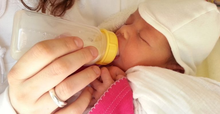 10 Bottle Feeding Tips For Your Baby – Day & Night, Formula & Breast Milk